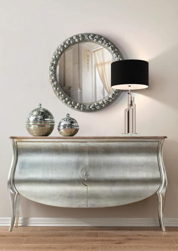 Aparador clássico com espelho e candeeiro