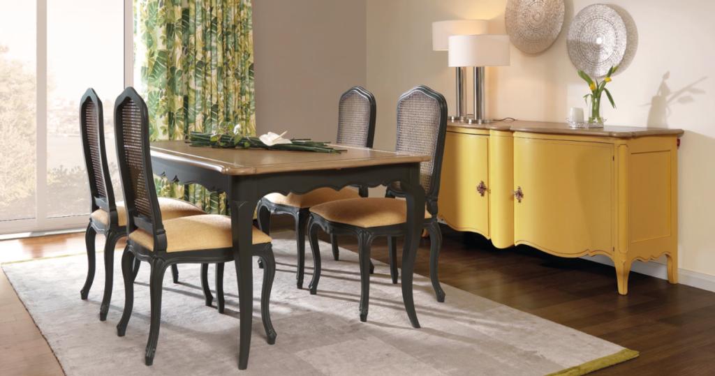 Sala de jantar com mesa e aparador
