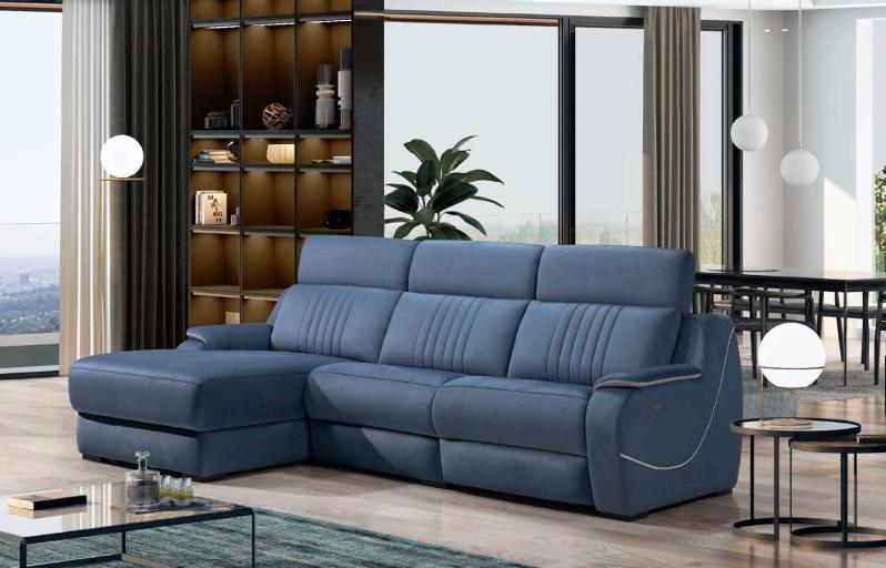 Sofá azul em pele com estante e mesas de apoio